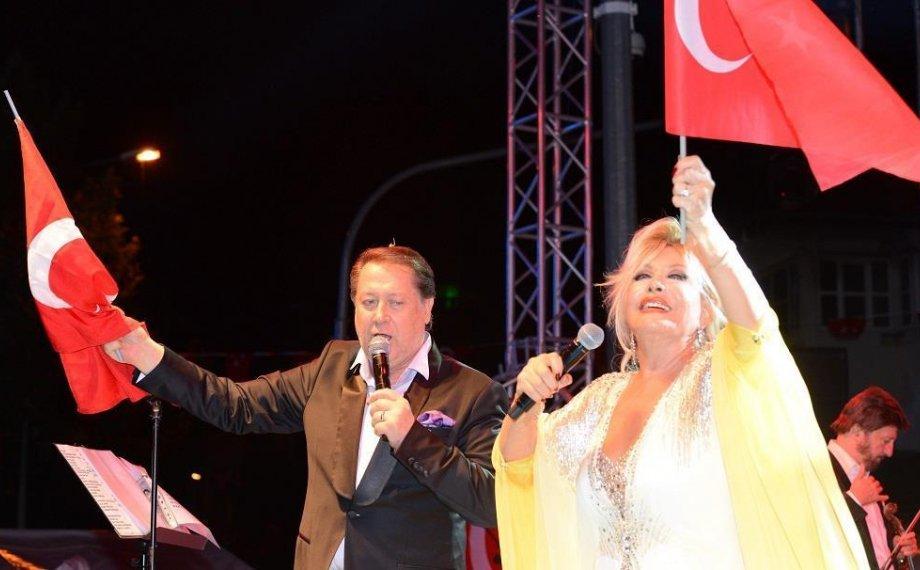 Emel Sayın ve Ahmet Özhan Isparta'da 30 Ağustos Coşkusu'nu Yaşattılar!