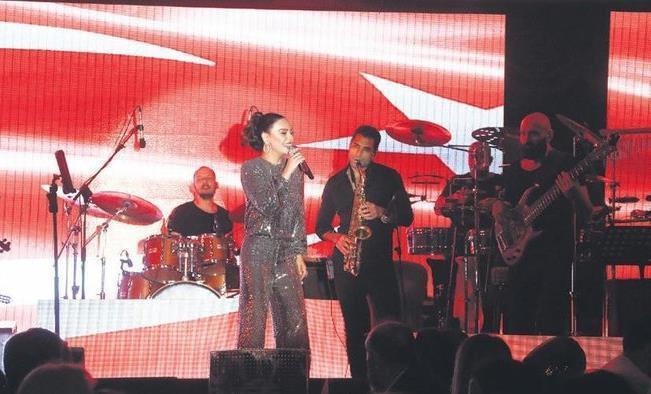 Ebru Gündeş'ten Kırmızı Beyaz Konser!