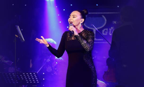 Ebru Gündeş Konserinde Müslüm Gürses Şarkıları!